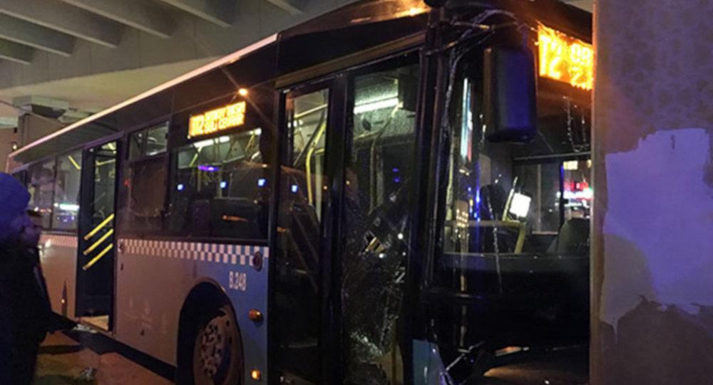 Mecidiyeköy'de halk otobüsü viyadük ayağına çarptı
