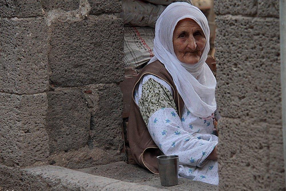 Yaşlı kadınların yüz hatları