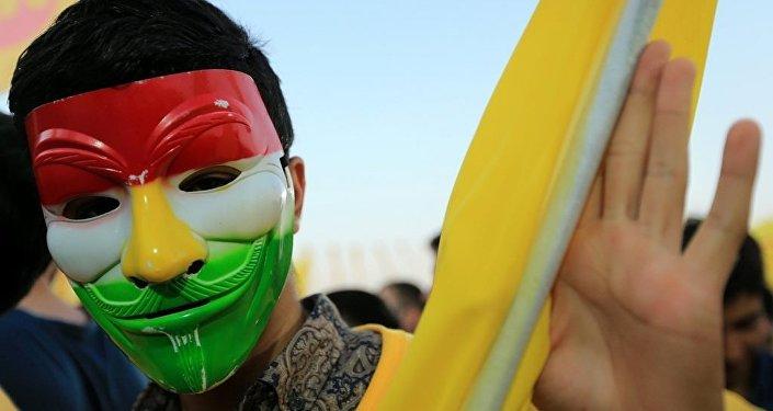 Eksi IKYB Başkanı Mesud Barzani'nin bi destekeçisi, Duhok'ta yapılan seçim mitiginde maske taktı.