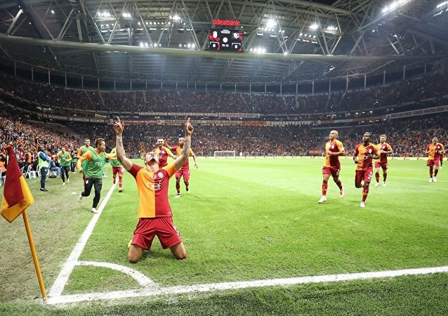 Spor Toto Süper Lig'de Galatasaray ile Büyükşehir Belediye Erzurumspor, Türk Telekom Stadı'nda karşılaştı. Galatasaraylı oyuncu Maicon Roque (önde), attığı gol sonrası sevincini takım arkadaşlarıyla paylaştı.
