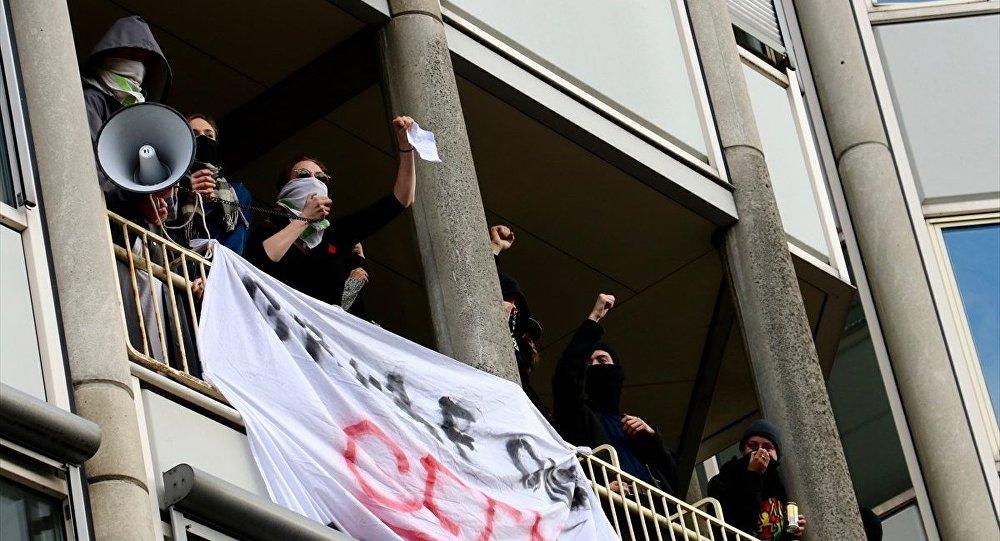 Hollanda'da öğrenciler bir üniversiteyi işgal etti