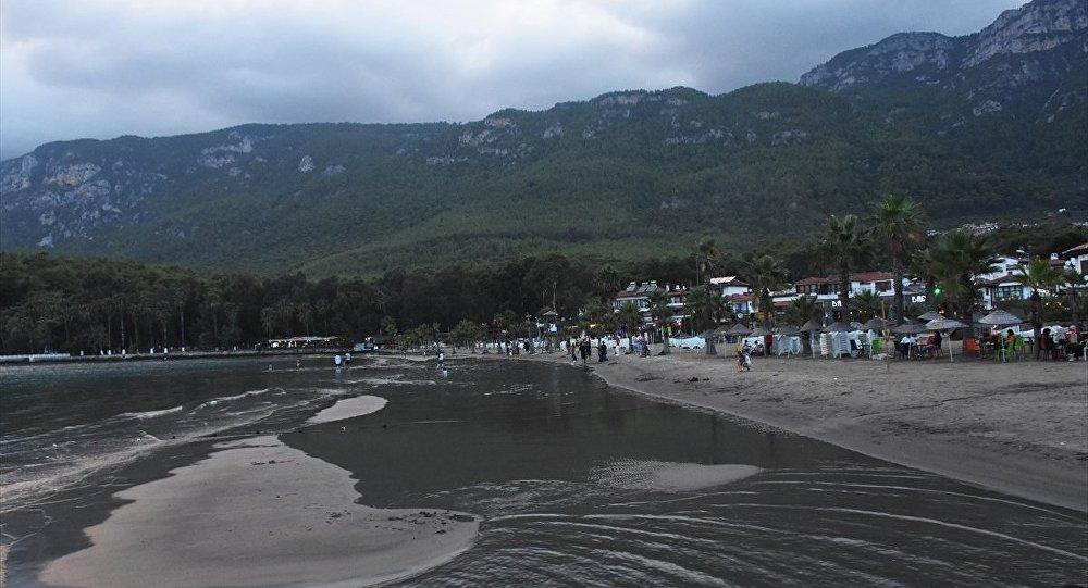 Muğla'nın Ula ilçesindeki Akyaka sahilinde deniz suyu kıyıdan yaklaşık 20 metre çekildi.