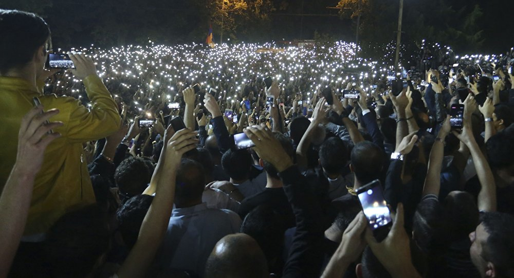 Paşinyan 'karşı devrim ilan edildi' dedi: Protestocular parlamento binası önünde toplandı
