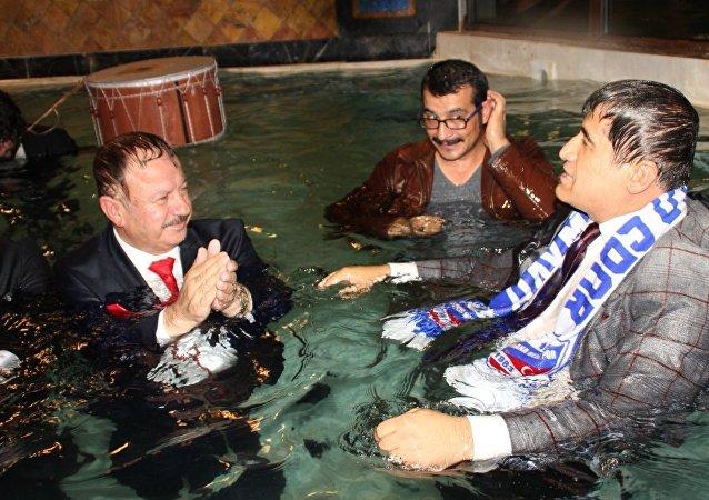 Haymana Belediye Başkanı, sanatçılarla birlikte kaplıcaya girdi