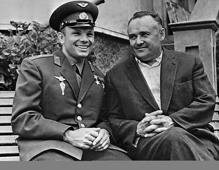 Yuri Gagarin ve Sovyet uzay araçlarının baş tasarımcısı Sergey Korolev