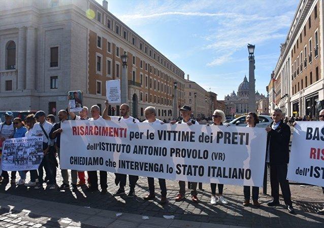 Vatikan'da çocuk istismarı protestosu
