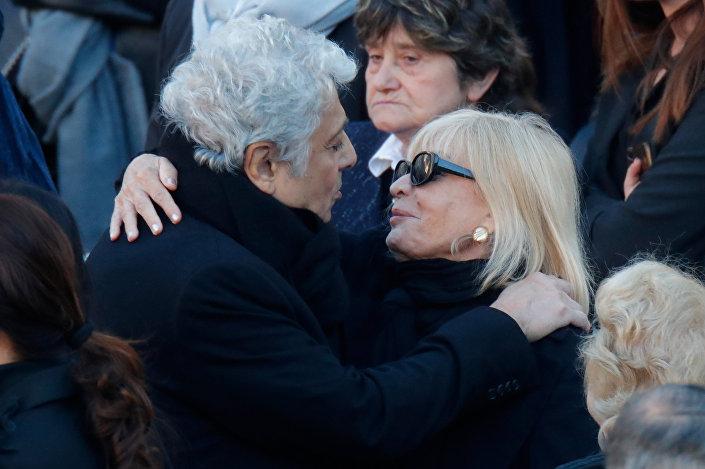 Şarkıcı Enrico Macias, yakın arkadaşı Charles Aznavour'un cenaze töreninde kızı Seda Aznavour'la kucaklaştı.
