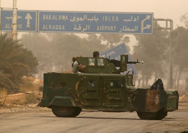 Cihatçılar Halep'in batısındaki Dahiyat el Esad'da askeri araçla manevra yaparken
