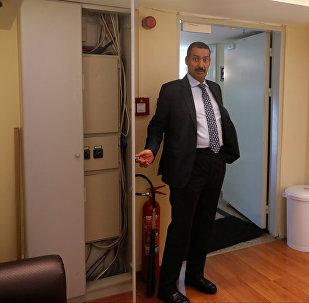 6 katlı binayı Reuters'e gezdiren Suudi Arabistan'ın İstanbul Başkonsolosu Muhammed Uteybi, Kaşıkçı'nın burada bulunmadığını kanıtlamak için mukavva kutuları ve klima kapaklarını bile açarak gösterdi. Ancak bu arada binada kameraların bulunduğunu, ama kameraların kayıt yapmadığını, dolayısıyla Kaşıkçı'nın giriş-çıkışına ve içerde ne yaptığına dair ellerinde görüntü olmadığını söyledi.