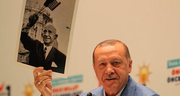 Erdoğan: İnönü'nün elindeki bayrak -dikkat edin- Türk bayrağı değil, elindeki bayrak Amerika bayrağı.