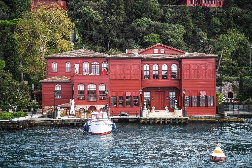 İstanbul Boğazı'na bakan bir yalı