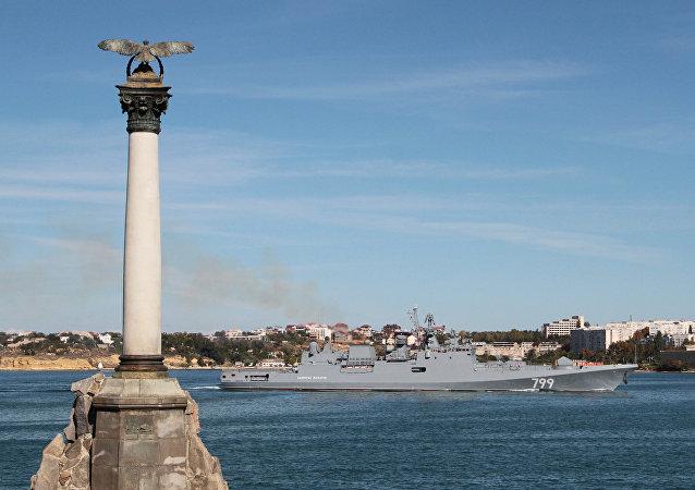 Rusya'nın Karadeniz filosundan güdümlü füze fırkateyni Amiral Makarov, Kırım'ın Sivastopol Körfezi'ne giriş yaparken