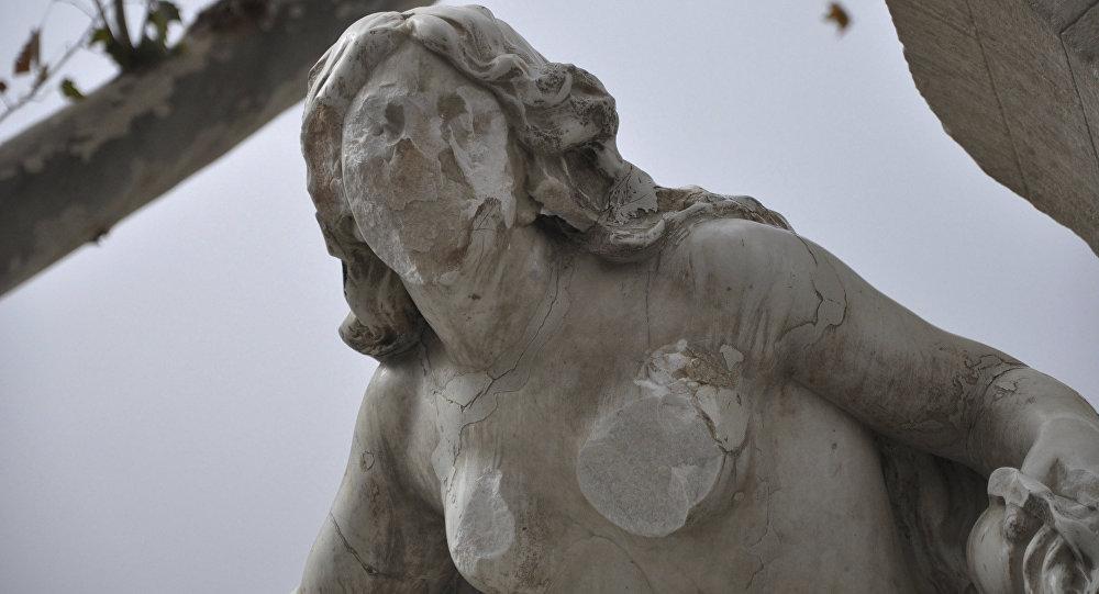 Ain el-Fouara Çeşmesi'ndeki kadın heykeli