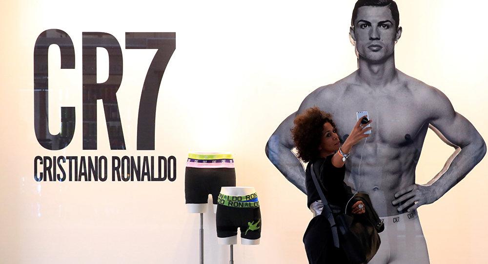 Bu sezon Real Madrid'den Juventus'a transfer olan Cristiano Ronaldo'nun çamaşır reklamının bulunduğu Milano'daki pano önünde bir kadın selfie çekiyor.