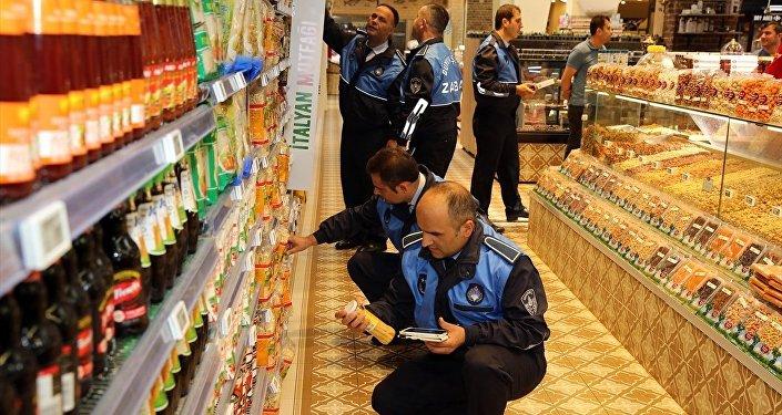 İstanbul Büyükşehir Belediyesi (İBB) zabıta ekipleri, 'ürün fiyatlarında artış yapılarak haksız kazanç elde edilmesini' engellemek amacıyla denetim yaparken