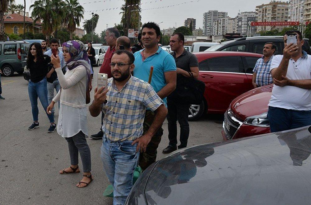 Dolandırıldığını söyleyen Adanalı esnaf, protesto için ürünlerini etrafa saçınca para cezası yedi 69