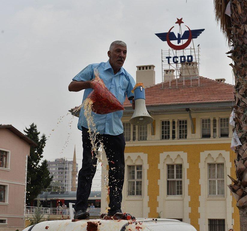 Dolandırıldığını söyleyen Adanalı esnaf, protesto için ürünlerini etrafa saçınca para cezası yedi 53