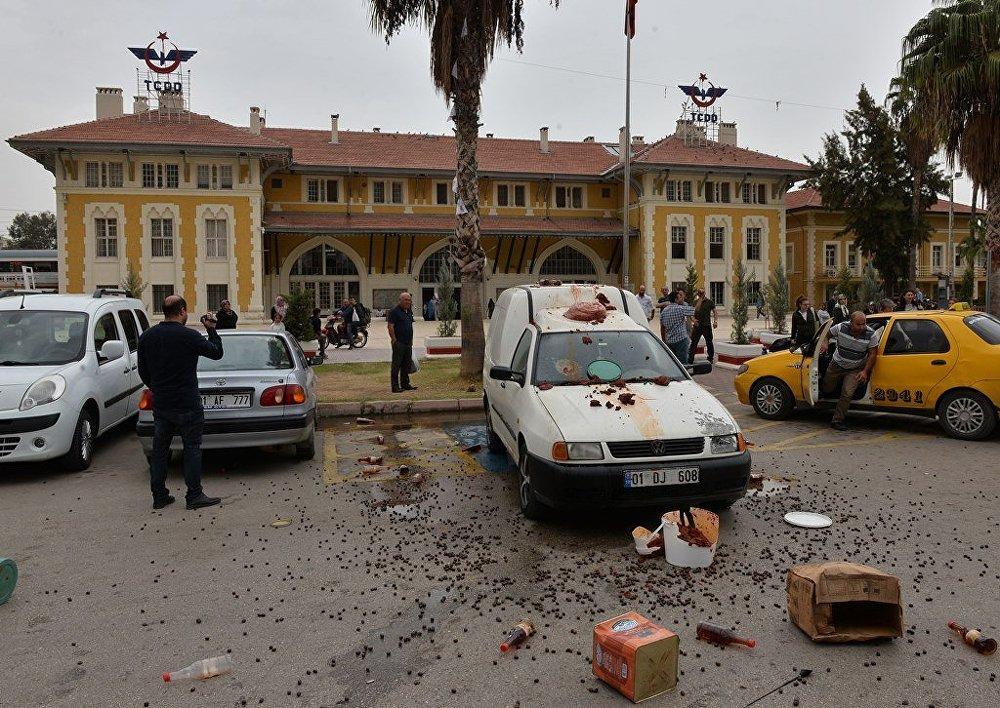 Dolandırıldığını söyleyen Adanalı esnaf, protesto için ürünlerini etrafa saçınca para cezası yedi 88