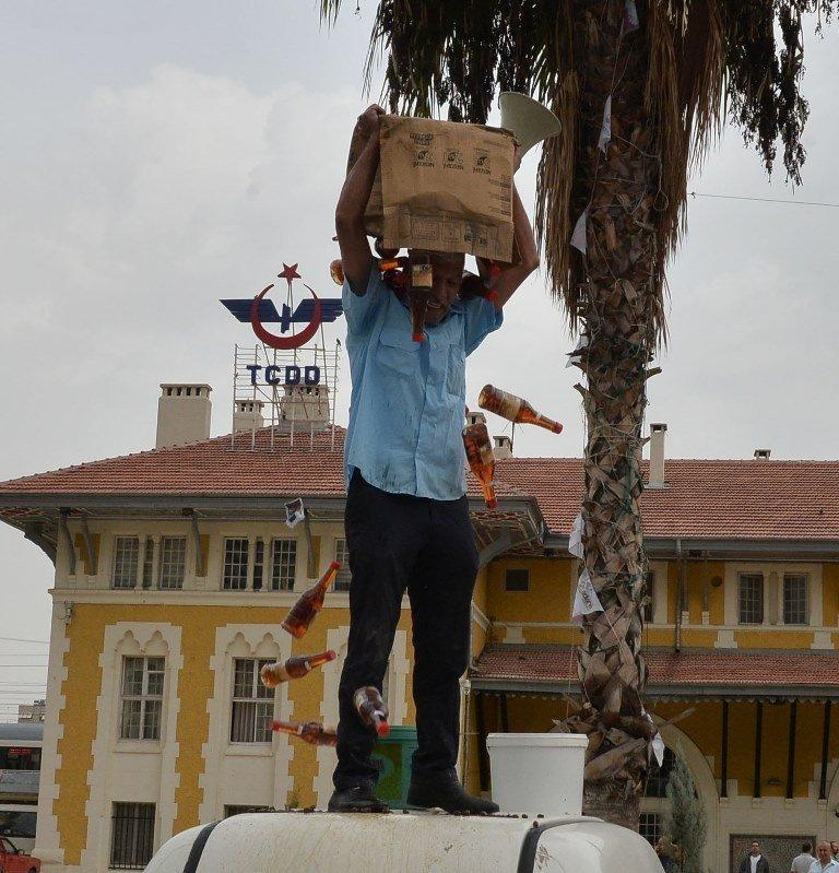 Dolandırıldığını söyleyen Adanalı esnaf, protesto için ürünlerini etrafa saçınca para cezası yedi 72
