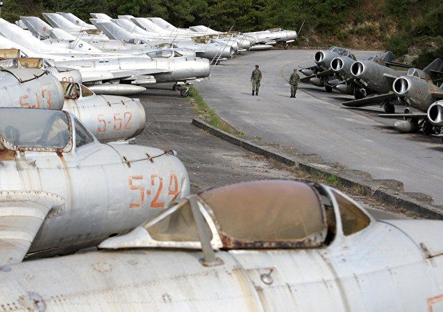 Arnavutluk'un Kuçova hava üssünde 13 yıl önce emekli edilmiş onlarca MiG savaş uçağı yatıyor.