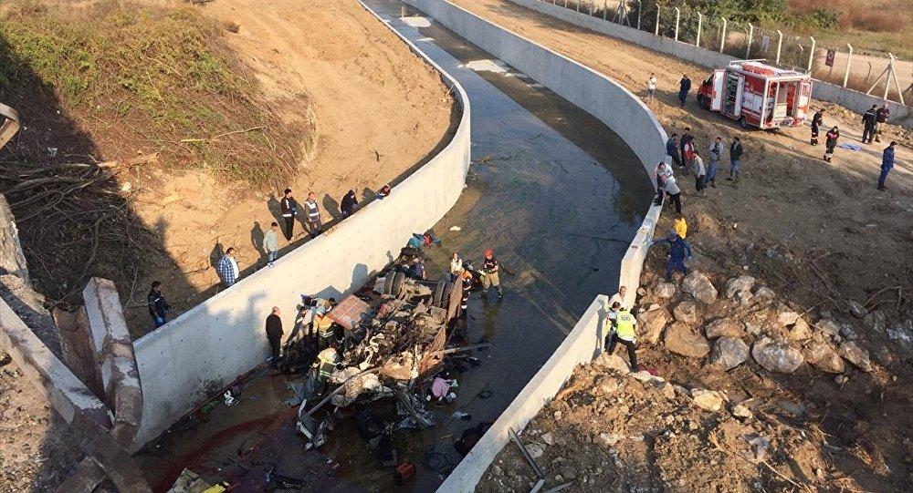 İzmir, göçmenleri taşıyan kamyon devrildi