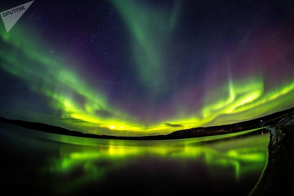 Rusya'nın Murmansk eyaletinde nehir Ura eteklerinde kutup ışıkları.