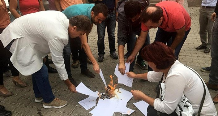 Maaş bordrolarını yakan KESK Diyarbakır Şubeler Platformu üyeleri