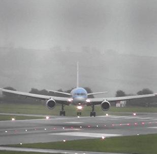 İngiltere'deki Bristol Havaalanı'nda yürekleri ağza getiren iniş