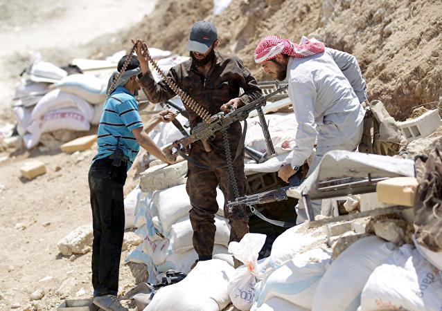 Ahrar'uş Şam militanları, İdlib'in kırsalındaki Cebel Arbein'de silahlarını hazırlarken (Mayıs 2015)