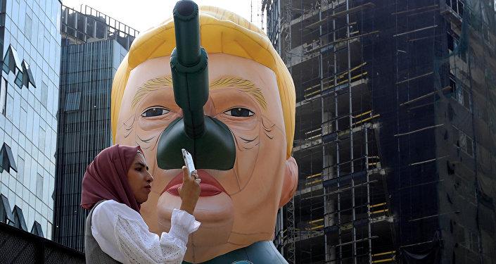 Lübnan'ın başkenti Beyrut'ta Saint Hoax adını kullanan sanatçının 'MonuMental' başlıklı sergisinde en çok ilgiyi şişme Trump tankları gördü. Trump, Kaşıkçı vakasında Suudi Arabistan'a yaptırım uygulamayı Askeri teçhizata ve diğer şeylere 110 milyar dolar harcıyorlar ki bu da iş sahası yaratıyor. Anlaşmalar iptal edilirsa Rusya ya da Çin'den silah almaya başlarlar sözleriyle reddetmişti.