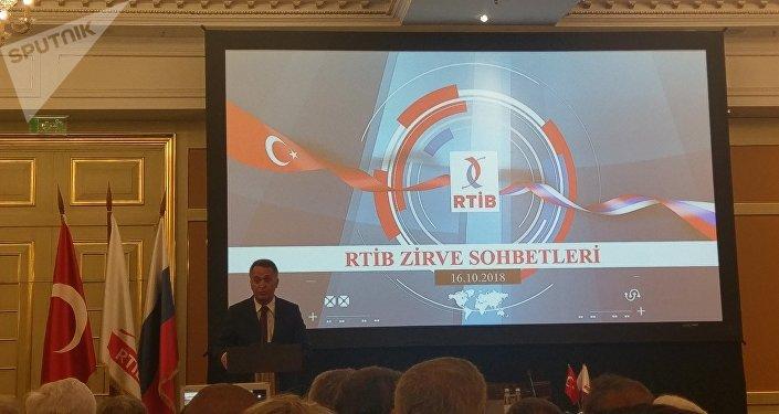 Moskova'da düzenlenen 'Zirve sohbetleri' etkinliğine katılan RTİB başkanı Naki Karaarslan.
