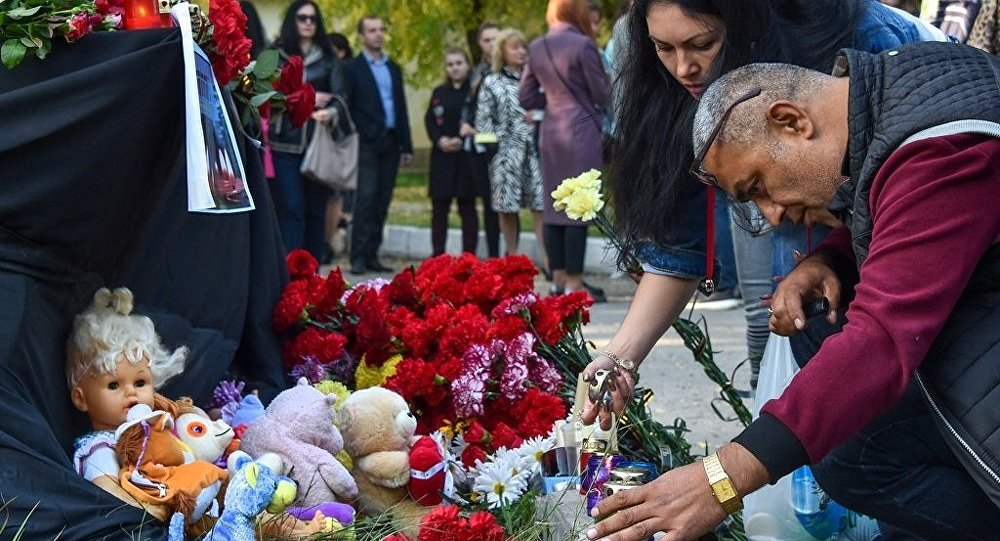 İnsanlar, Kırım'ın Kerç kentindeki saldırının olduğu teknik okula çiçek bırakıyor