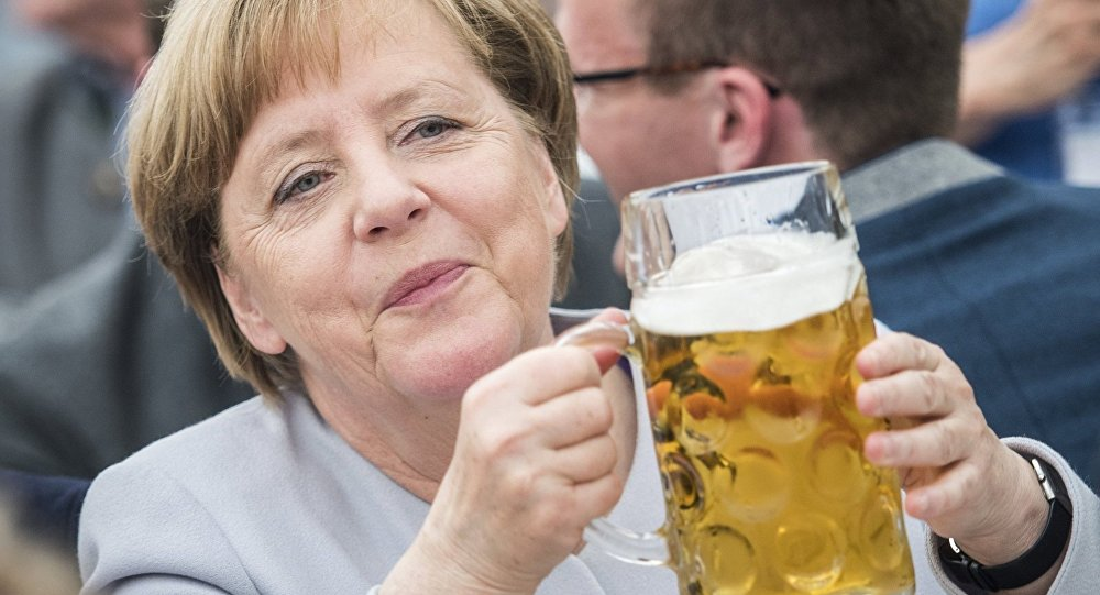 Angela Merkel bira keyfi yaparken