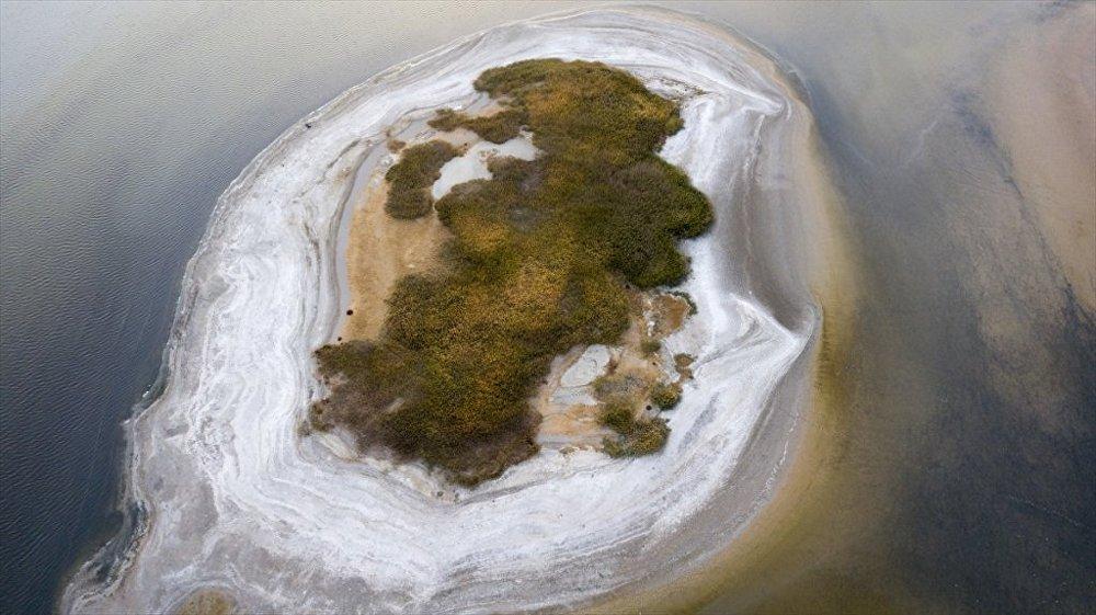 Van'da göl suları çekilince orataya çıkan adacık
