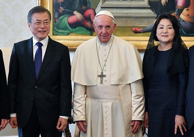 Güney Kore Devlet Başkanı Moon Jae-in, eşi Kim Jung-suk ve Papa Francis