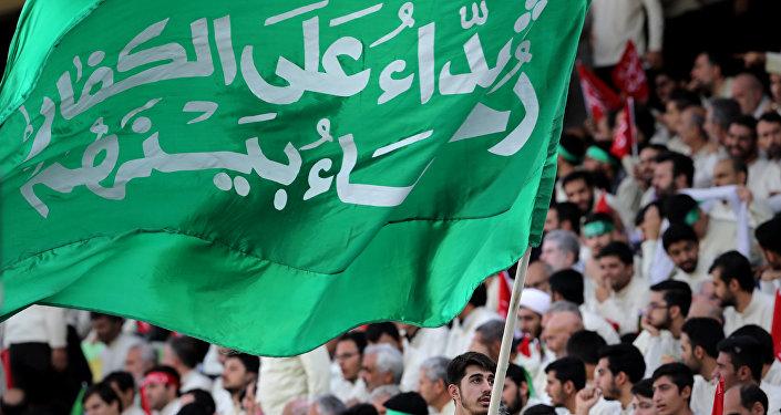 Tahran'daki Azadi stadyumunda İran dini lideri Ayetullah Ali Hamaney'i dinleyen kitle