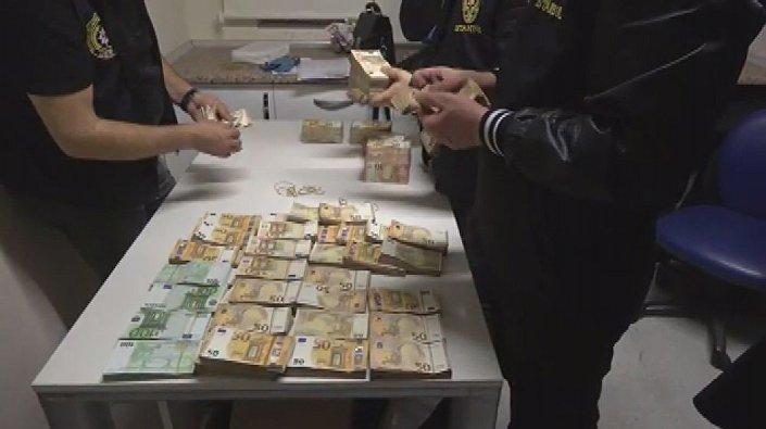 Ele geçirilen paralar İstanbul Emniyet Müdürlüğü Vatan yerleşkesinde basın mensuplarına sergilendi.