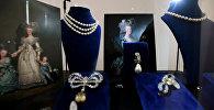 Aralarında Fransa Kraliçesi Marie Antoinette'e ait mücevherlerin de yer aldığı Bourbon-Parma Kraliyet Ailesi'nin muhafaza ettiği koleksiyon, 14 Kasım'da İsviçre'nin Cenevre kentinde Sotheby's müzayede evinin yapacağı açık artırma ile satılacak. Sotheby's'in Londra'daki merkezinde 200 yıl sonra halka gösterilmeye başlanan koleksiyonda, Fransız Devrimi öncesinde ülkenin son Kraliçe'si olan Marie Antoinette'in sahip olduğu 10 adet mücevher de yer alıyor.  Marie Antoinette 37 yaşındayken Paris'te giyotinle idam edilmişti.
