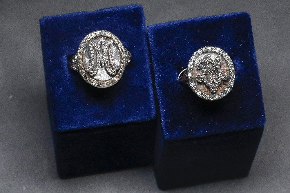 Marie Antoinette'in isminin baş harflerinin yer aldığı ve içinde saçından bir tutam bulunan yüzüğün değerinin ise 8.000-10.000 dolar olduğu belirtiliyor.