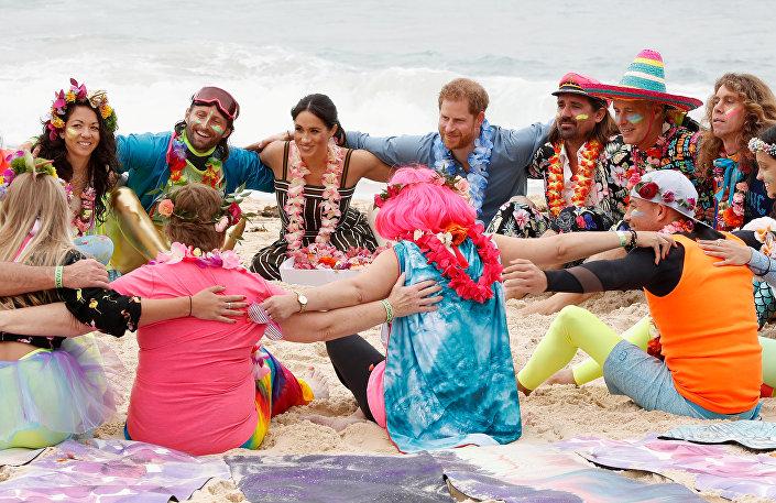 Sussex Dük ve Düşesi, Bondi plajında zihinsel rahatsızlıklarla mücadele için oluşturulan sevgi çemberine hem renk hem de tecrübelerini kattı.
