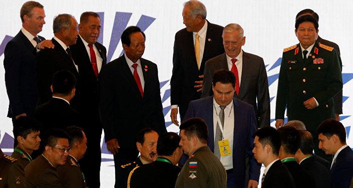 Singapur'da düzenlenen ASEAN Savunma Bakanları toplantısının aile fotoğrafı çekiminde Jim Mattis de yer aldı.