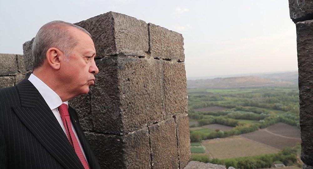 Türkiye Cumhurbaşkanı Recep Tayyip Erdoğan, Diyarbakır Surları'nda incelemelerde bulundu.