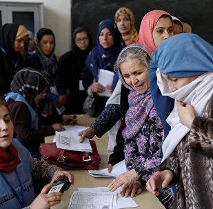 Kabil'de Afgan kadınların yoğun katılım gösterdiği bir seçim merkezi