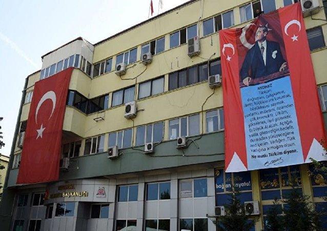 Isparta Belediyesi hizmet binasına asılan dev 'Atatürk' ve 'Andımız' pankartları