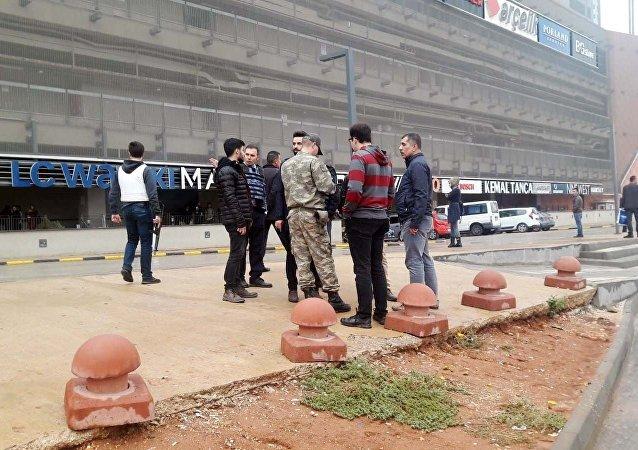 Gaziantep'te birliğinden firar eden asker, AVM çalışanlarını rehin aldı