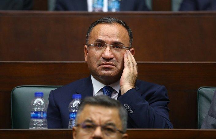Anayasa Komisyonu Başkanı Bekir Bozdağ'ın Erdoğan'ın kendisi hakkında söylediği sözler üzerine gözyaşlarına hakim olamadığı görüldü.