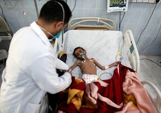 Yemen'de tedavi gören bir çocuk