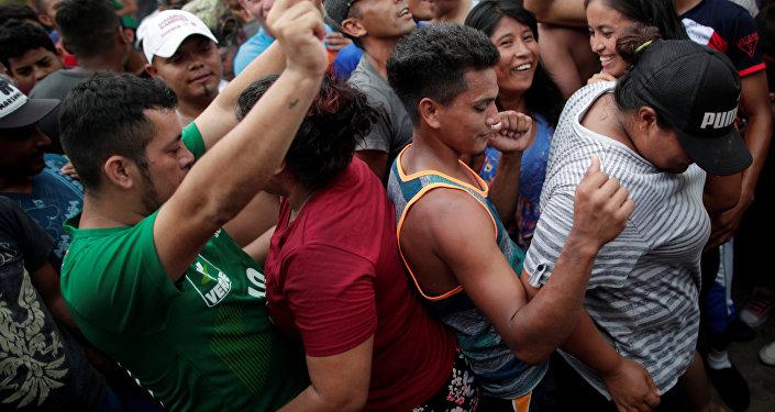 Orta Amerika ülkelerinden ABD'ye doğru harekete geçen binlerce kişilik göçmen kafilesi, 24 Ekim'de Meksika'nın Mapastepec kentinde dans ederken
