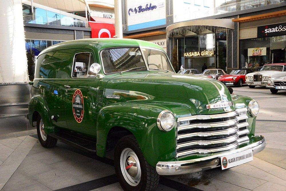 Klasik otomobiller Cumhuriyet Rallisi için yola çıktı