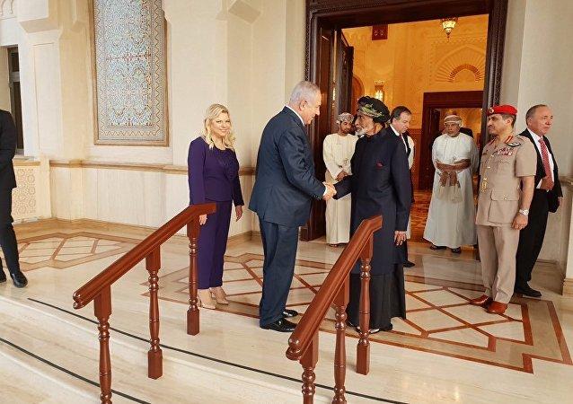Umman Sultanı Kabus, 1996'dan beri ziyarette bulunan ilk İsrail Başbakanı olan Benyamin Netanyahu ile eşi Sara'yı ağırladı.